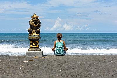 Frau meditiert am Meer - p1273m1556533 von melanka