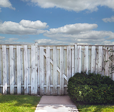 White Fence - p836m1511137 by Benjamin Rondel