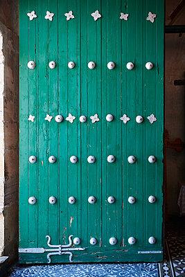 Vintage ornamented wooden door, Mexico - p961m2211697 by Mario Monaco