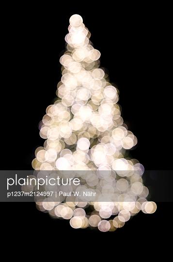 Blurred christmas tree - p1237m2124997 by Paul W. Nähr