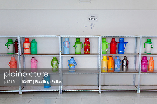 Regal mit Thermosflaschen zum warmhalten von Waschwasser auf dem Campus der Yunnan Minzu Daxue Universität, Kunming, Yunnan, Volksrepublik China, Asien - p1316m1160457 von Roetting+Pollex