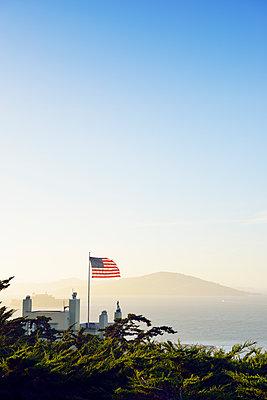 Amerikanische Flagge vor der San Francisco Bay - p1196m1182361 von Biederbick & Rumpf