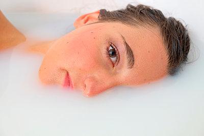 Woman face in milk bath - p1521m2108356 by Charlotte Zobel