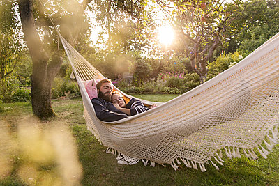 Couple in hammock - p788m2031174 by Lisa Krechting