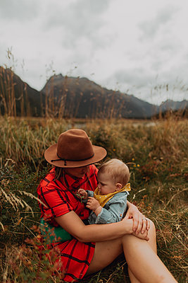 Mother and baby in wilderness by lake, Queenstown, Canterbury, New Zealand - p924m2098238 by Peter Amend