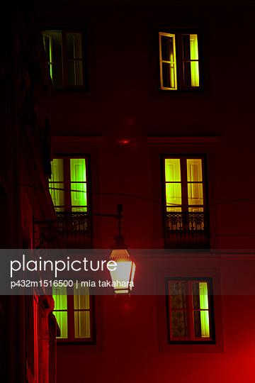 Beleuchtete Fenster in der Nacht - p432m1516500 von mia takahara