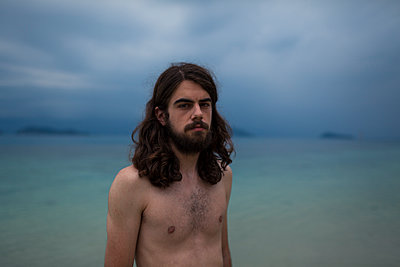 Young man with bare chest on beach - p1324m1441278 by michaelhopf