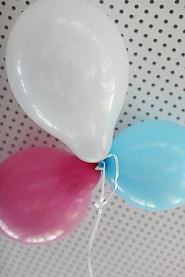 Bunte Luftballons - p258m2015393 von Katarzyna Sonnewend