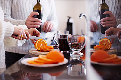 Woman slicing an orange for mulled wine - p300m1567655 by gpointstudio