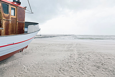 Denmark, Henne Strand, boat on the beach at sand drift - p300m937440 by Merle M.