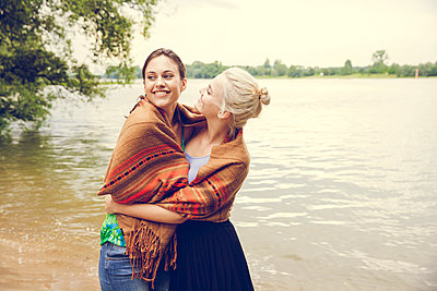 Freundinnen am Fluss - p904m932306 von Stefanie Päffgen