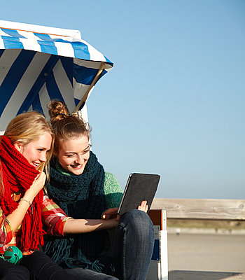 Girls with tablet - p981m952265 by Franke + Mans