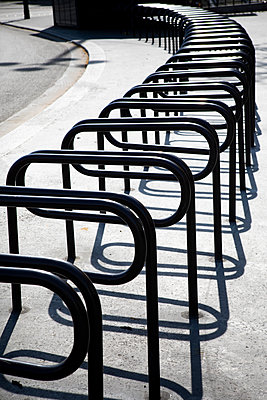 Empty bicycle stands, Paris, shutdown due to Covid-19 - p1371m2178055 by virginie perocheau