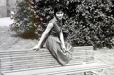 Young woman on a park bench - p1541m2116885 by Ruth Botzenhardt