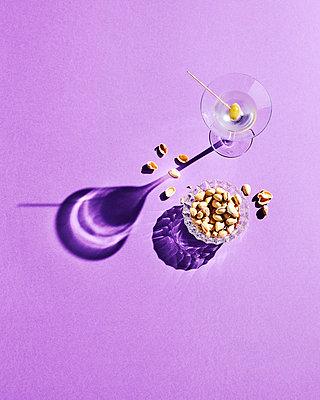 Motivbeschreibung: Martini, Drink, Cocktail, Dry Martini, Olive, Trockener Martini, Martini-Glas, Glas, Nüsse, Schatten, Pistazien, Glas-Schale, Lila, Purple - p300m2144012 von Kai Schwabe