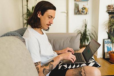 Man using laptop - p312m2139884 by Stina GrŠnfors
