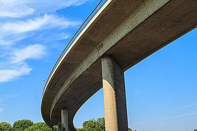 Autobahnbrücke - p417m1059673 von Pat Meise