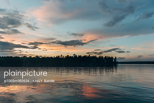 Sonnenuntergang am Chandos Lake, Kanada - p1065m982634 von KNSY Bande