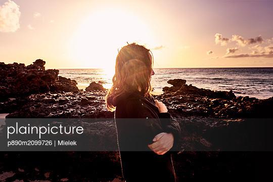 Sunrise by the sea - p890m2099726 by Mielek