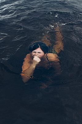 Under water - p1507m2110324 by Emma Grann