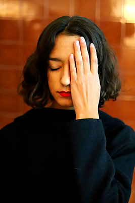 Young woman hand covering eye - p1521m2128952 by Charlotte Zobel