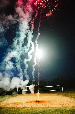 Feuerwerk bei Nacht - p819m1065072 von Kniel Mess