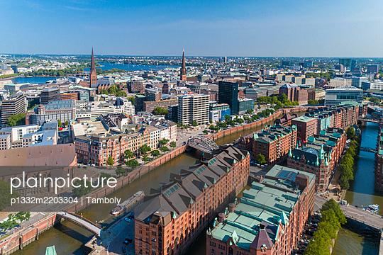 Deutschland, Aerial view of Speicherstadt and the skyline of the old part of Hamburg - p1332m2203304 by Tamboly