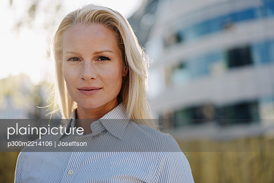 Close-up of beautiful blond female professional at financial district in city - p300m2214106 by Joseffson