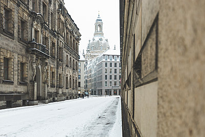 Germany, Dresden, view to Dresden Frauenkirche in winter - p300m1449280 by Anke Scheibe