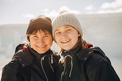 Portrait of smiling mother and daughter during vacations - p426m2279833 by Maskot