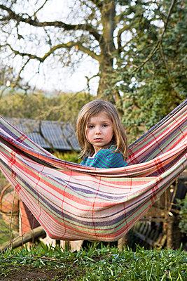 Kind in Hängematte - p7810099 von Angela Franke