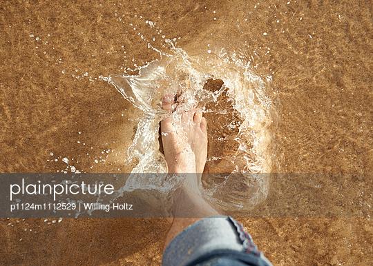 Barfuß im Wasser - p1124m1112529 von Willing-Holtz