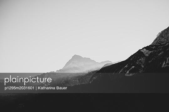 Lichtstrahl in den Bergen - p1295m2031601 von Katharina Bauer
