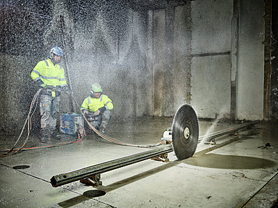 Construction workers sawing with a concrete saw - p300m2079467 by Christian Vorhofer