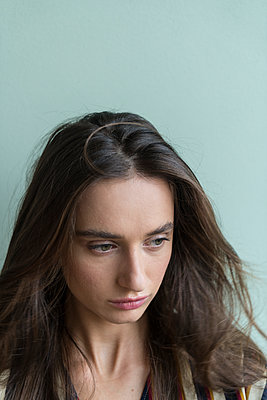Young woman, portrait - p427m2086584 by Ralf Mohr