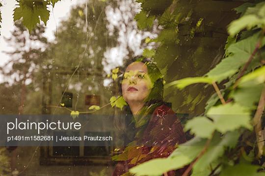 Frau blickt aus dem Fenster - p1491m1582681 von Jessica Prautzsch