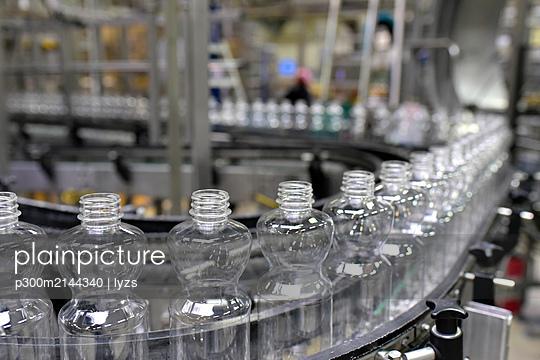Apple-juice factory, bottling, apple juice - p300m2144340 by lyzs