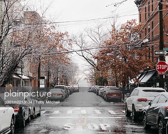 Snowy urban winter street, New York City, New York, USA - p301m2213634 by Toby Mitchell