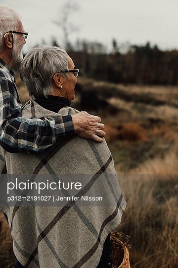 Senior couple standing together - p312m2191027 by Jennifer Nilsson