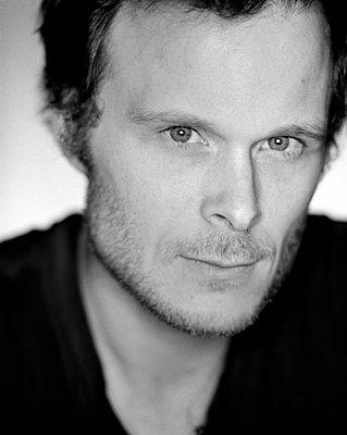 Portrait of man, close-up - p3720365 by James Godman