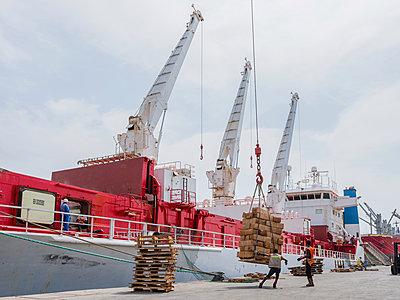 Schiffsladung wird gelöscht - p390m1586480 von Frank Herfort