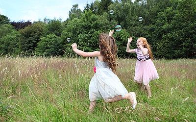 Little girls on a meadow - p045m944679 by Jasmin Sander