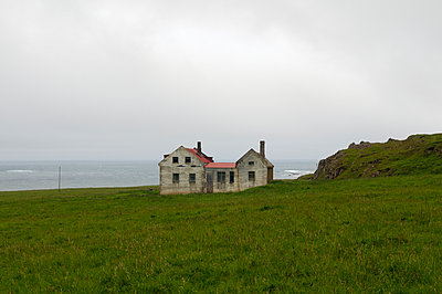 Abandoned house in Iceland - p470m954770 by Ingrid Michel