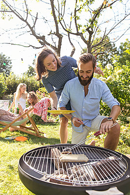 BBQ in the garden - p788m2027424 by Lisa Krechting