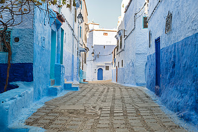 Morocco, Chefchaouen, Narrow alley in the blue city  - p1332m2204580 by Tamboly