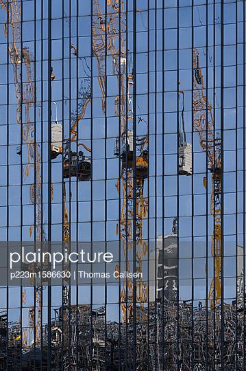 Baustelle im Zerrbild - p223m1586630 von Thomas Callsen