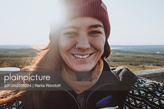 Portrait of smiling woman - p312m2208224 by Rania Rönntoft