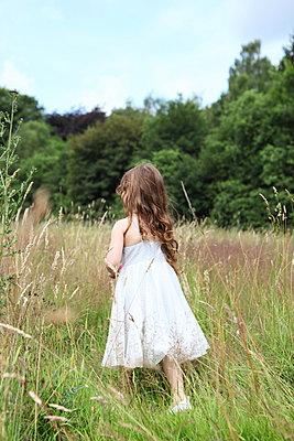 Playing girl - p045m944680 by Jasmin Sander