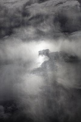 Sonnenstrahlen dringen durch dunkle Wolken - p1032m1466384 von Fuercho