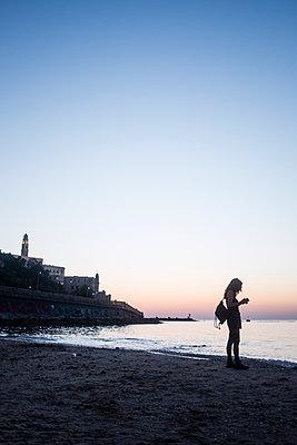 Frau am Strand im Abendrot - p1046m1138228 von Moritz Küstner